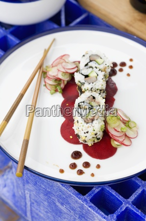 ura maki auf rote bete salat