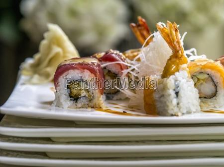 eine sushi platte mit gebratenen reisnudeln