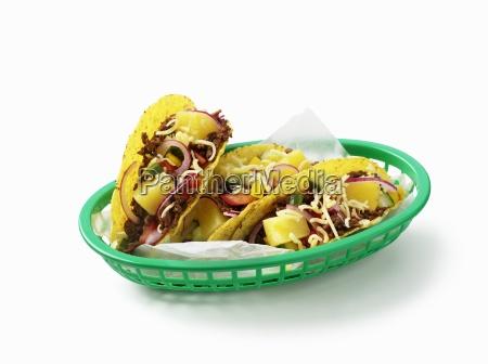 tacos gefuellt mit hackfleisch und obst
