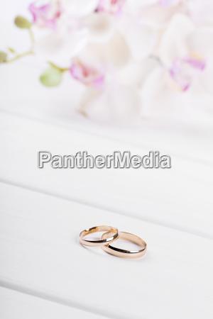 anelli di nozze doro con fiori