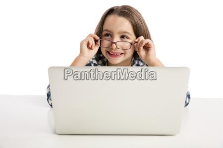kleines maedchen mit einem laptop