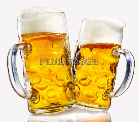due tazze di birra di vetro
