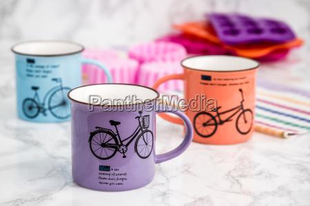 bunte moderne keramik becher