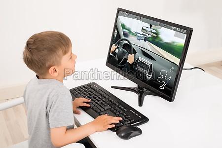 boy spiel auf computer spielt