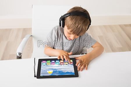 kleiner junge musik hoeren auf tablet