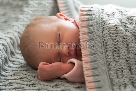 baby maedchen schlafen
