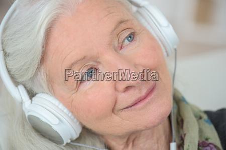 grossmutter musik hoeren