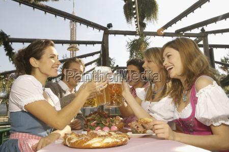 die menschen geniessen bier festival in