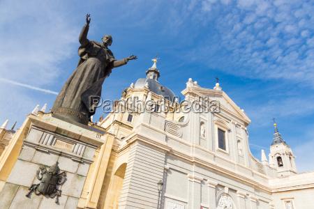 pope john paul ii statue in