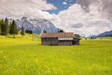 alpine scheune im karwendelgebirge
