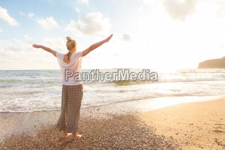 free happy frau geniessen sonnenuntergang am
