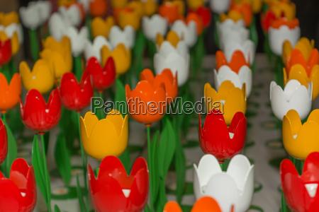 farbenfrohe tulpen aus metall