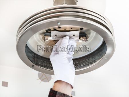 elektriker behebungen halogenlampe in der deckenleuchte