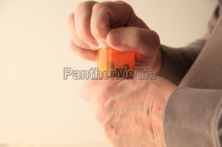 older man cannot open pill bottle