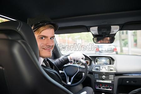 portrait des laechelnden jungen chauffeur im