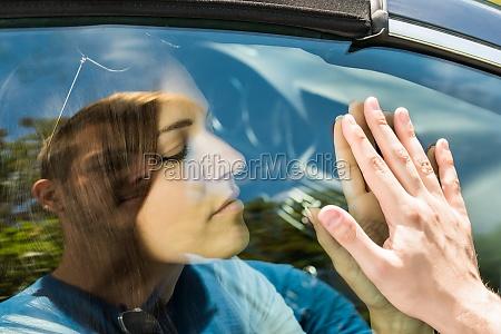 paar abschied vor auto spielraum