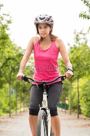 weiblicher radfahrer reiten auf fahrrad