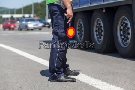polizist kontrolliert verkehr auf der autobahn