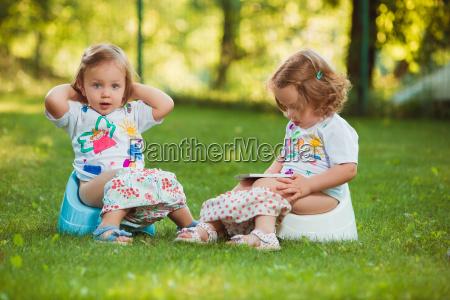 die zwei kleinen babys die auf