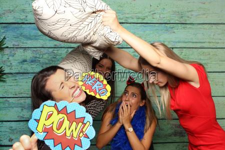 pillow fight before fotobox catfight