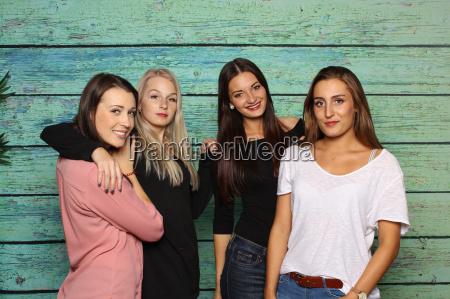 4 freundinnen stehen vor einer fotobox