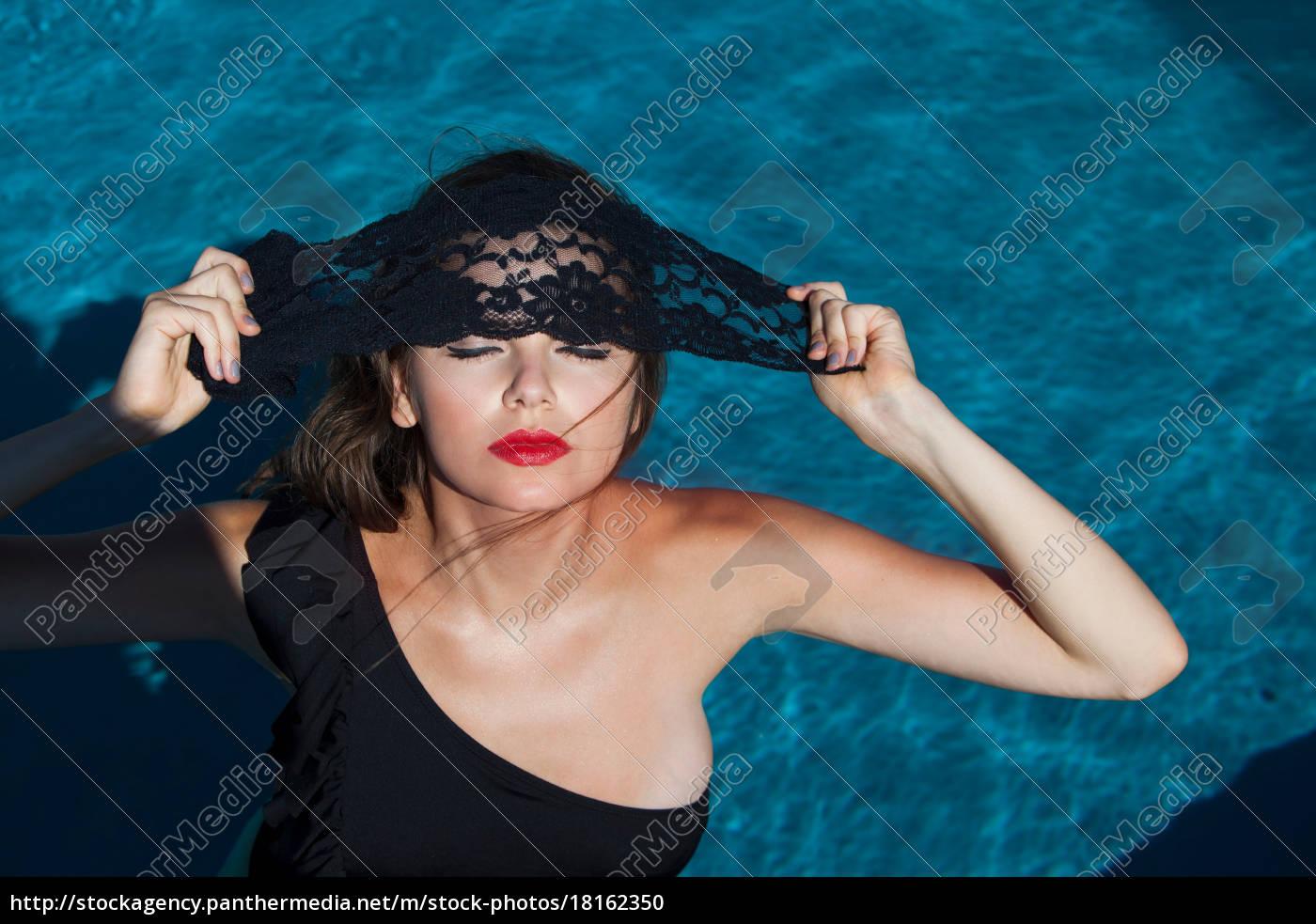 frau, posiert, am, schwimmbad - 18162350