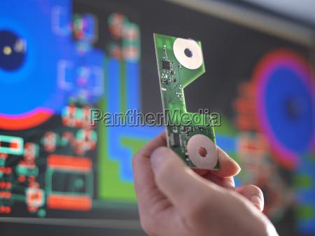 nahaufnahme von ingenieur haelt eine elektronische