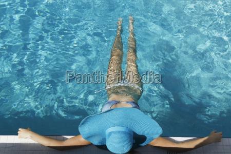 junge frau entspannen im schwimmbad