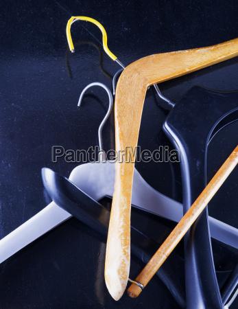 kleiderbuegel ueber schwarzem hintergrund