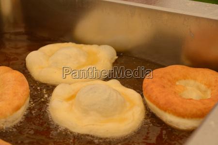 frische krapfen werden gebacken pfannkuchen