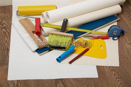 rolls von tapeten und verschiedene werkzeuge