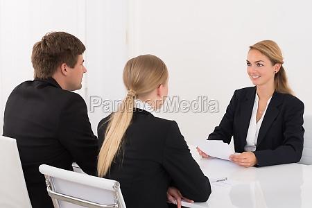 manager interviewen antragsteller im buero
