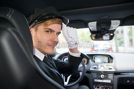 portraet des laechelnden jungen chauffeurs im