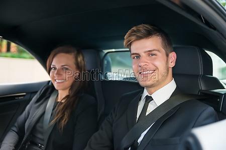 zwei geschaeftsleute sitzen im auto