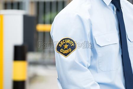 maennlicher sicherheitsbeamte in der uniform