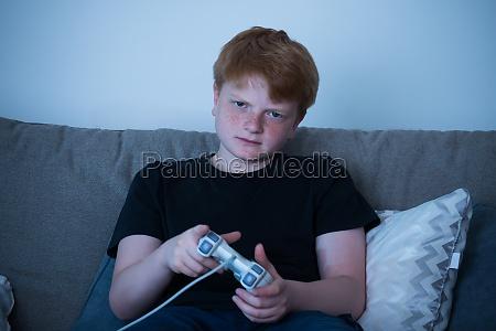 boy spielt videospiele