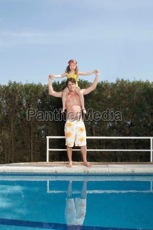 vater, trägt, mädchen, durch, pool - 18200674