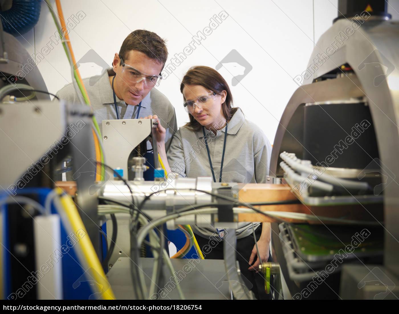 wissenschaftler, arbeiten, aus, nächster, nähe, mit - 18206754