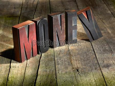 holzbloecke die geld buchstabieren