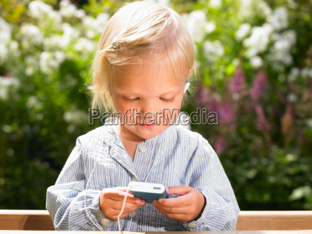 girl listening to music on mp3