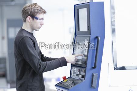 mittlerer erwachsener maennlicher techniker der maschinen