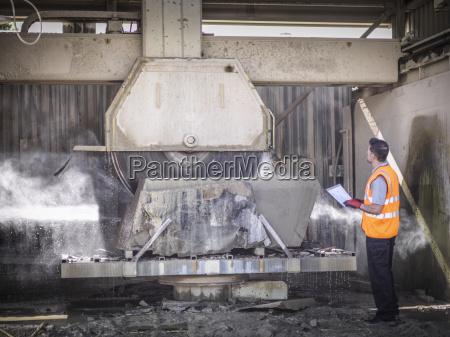 quarry arbeiter inspektion steinsaege