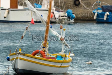 das farbige segelboot
