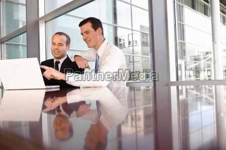 zwei, junge, geschäftsleute, mit, laptop - 18226348
