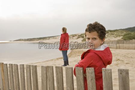 junge junge schaut kamera ernst