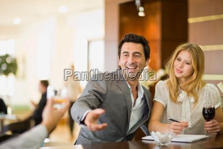 paar, sitzt, an, der, bar - 18228022