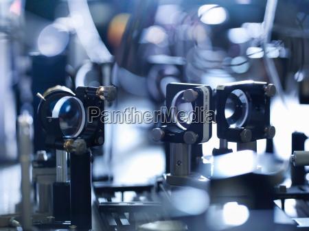 nahaufnahme von laserspiegeln im wissenschaftlichen labor
