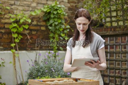 frau weiblich garten landwirtschaft kommunikation outdoor