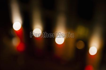 abstract, defokussierter, straßenbeleuchtung, in, einer, reihe - 18243656