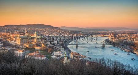 stadtbild von budapest ungarn bei sonnenuntergang